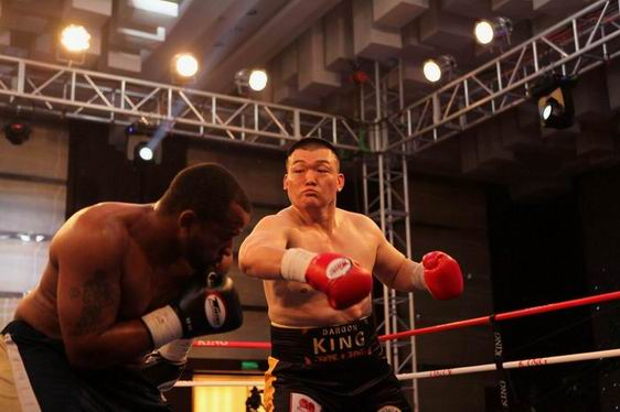张君龙强势KO霍利菲尔德前对手获胜